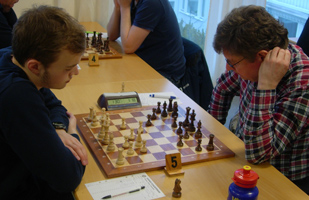 Niclas Samuelsson-Björn Gillefalk r5. Niclas vann både mot Björn och Johan N. Foto: Christer Carmegren